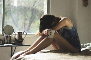Frau müde im bett digital detox