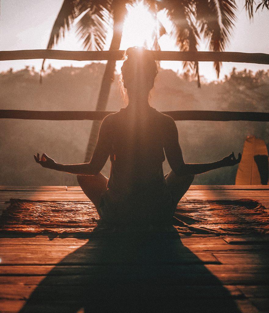 Guter-Morgen-Challenge frau meditiert