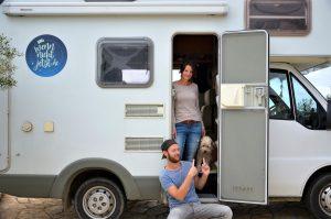 Ramona, Uli und Pepito vor dem Wohnwagen